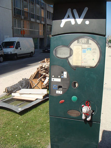 A parking meter identical to the ones used in Seattle, except the instructions in foreign languages.