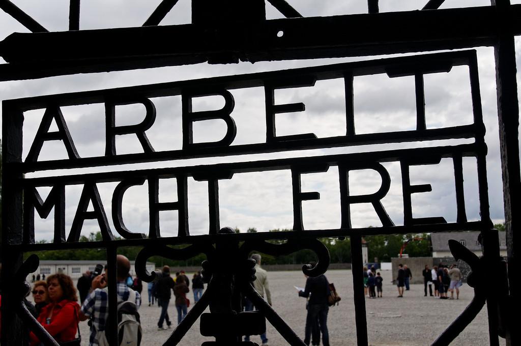 Campo de concentração de Dachau<br /> The main gate at Dachau where prisoners walked through marked with the sentence Arbeit macht frei ('O Trabalho Liberta' )