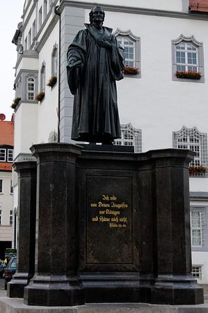 A antiga ágora, com a estátua de Lutero. Wittenberg, Alemanha