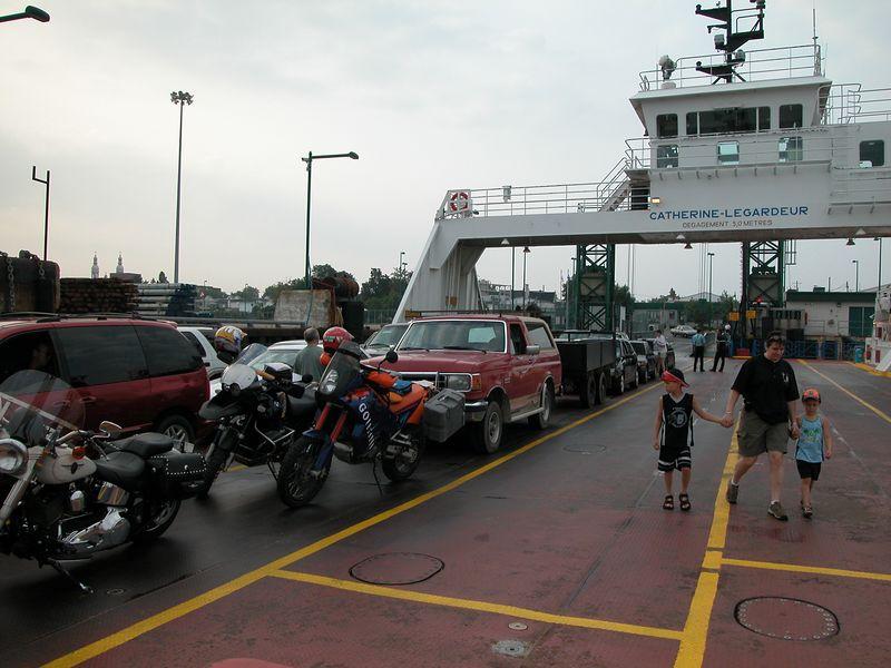 Après avoir raté le traversier de 6.30am de quelques minutes et une heure d`attente, nous voilà enfin sur le traversier (Sorel) de 7.30am.<br /> <br /> We missed the 6.30am ferry by a few minutes; an hour later we`re finally on it!