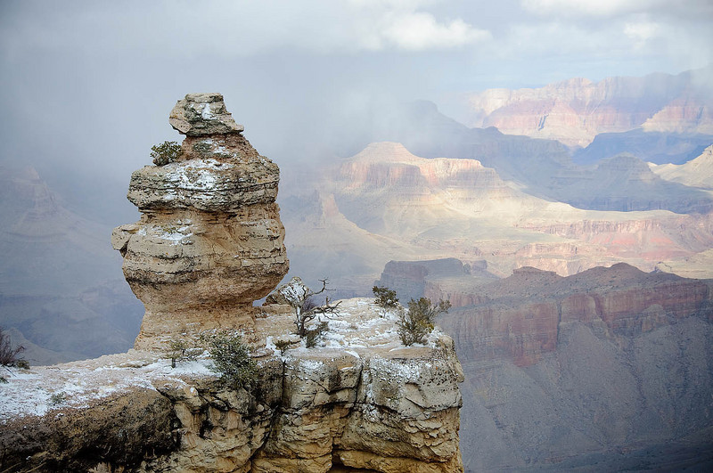Snow moves into Grand Canyon, dusting the rim.