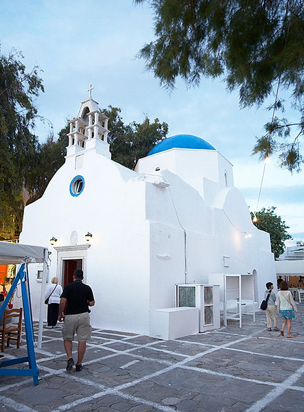 There are many small churches in Hora. Churches with blue domes are very popular on the islands.