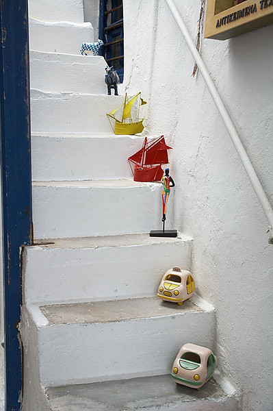 We came across this shop while killing time waiting for the boat to Delos on Wednesday. Its stairs were lined with small works of art.