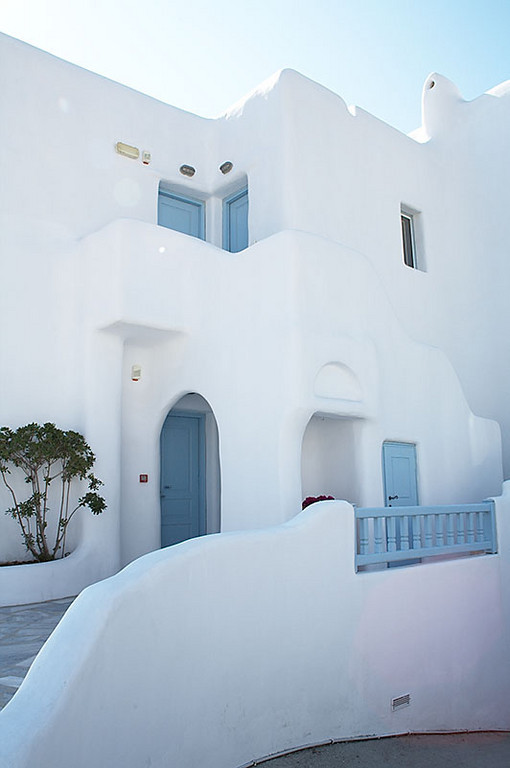 White is the predominant color of many of the buildings in and around Hora.