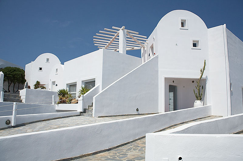 A fancy hotel between Fira and Ia.
