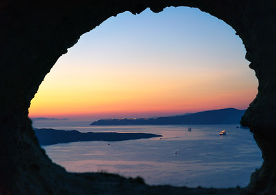 Oia in the hole (Santorini)