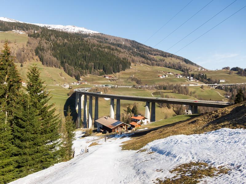 Aufstieg zum Sattelberg; im Hintergrund Talübergang der Brennerautobahn