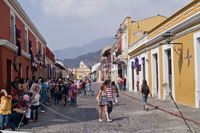 5a Avenida Norte with The Arch of Santa Catalina in the background, La Antigua Guatemala, UNESCO World Cultural Heritage
