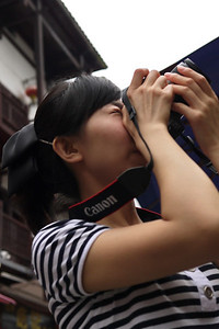 The Chinese tourists love their Canikon gear.