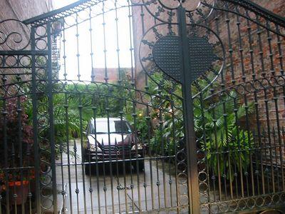 Captive Mercedes, Vieux Carré