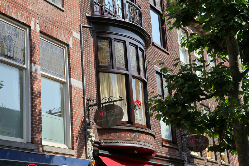 Very nice architecture. Classic wooden windowframes with glass-in-lead windows on the top.