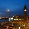 Landungsbrücken und Hafen am Abend