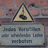 2011-03-10  förbjudet att vistas under hängande last. Hamburg [DEU]