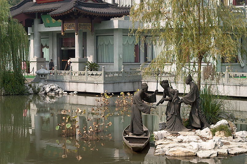 Statues showing the beginning of the White Snake folk story (how they met).