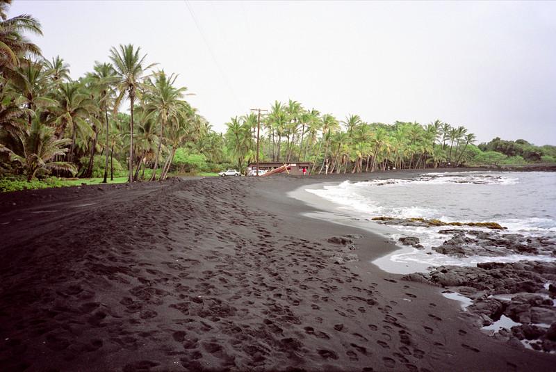 Strand met zwart zand
