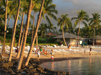 The Fairmont Orchid beach at sunset.  Plaza hotelowa o zachodzie slonca.