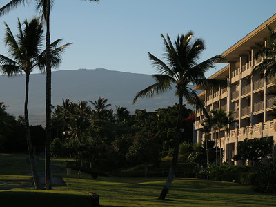 Sunrise at the Fairmont Orchid. Note the gleaming telescopes on the summit of Mauna Kea in the background.  Wschod slonca na terenie hotelu. W tle widac wulkan Mauna Kea z blyszczacymi teleskopami na szczycie.