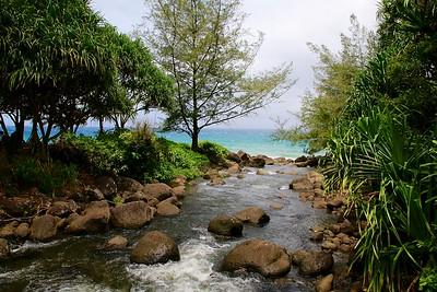 Van waterval naar de zee. Eindpunt wandeling Keé Beach - Hanakaoia'i Beach. Nā Pali Coast State Park, Kaua'i, Hawaii, USA.