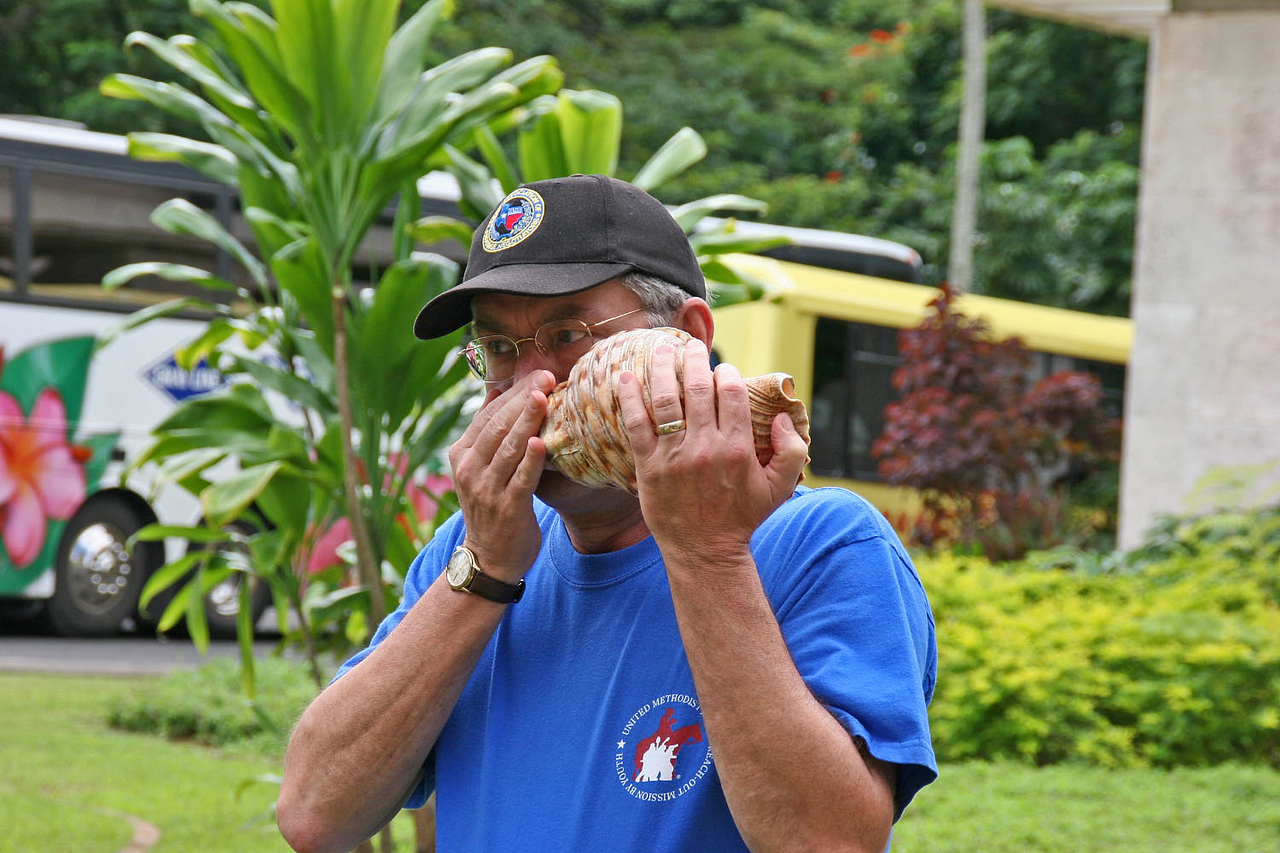 Ko'olau Country Club - Mike give call to board bus.