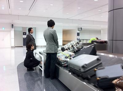 呢張相係想話,條行李輸送帶竟然係由那位小姐控制
