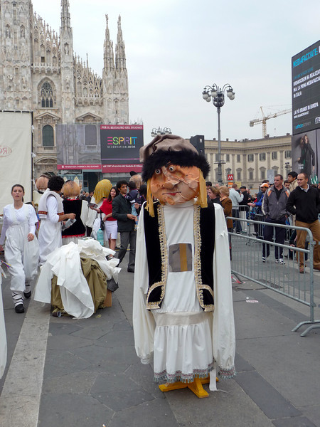 Street performance in Milan.