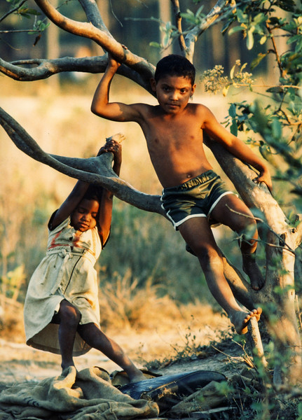 Children in Puente Grande, Yoro, Honduras, 1987. (Photo by Rich Chapman)