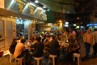 A popular sidewalk seafood cafe in Kowloon.