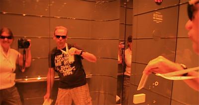 Uit de reeks: 'Spiegelbeeld'. Op weg naar de 43rd floor. Bank of China Tower, Hongkong.