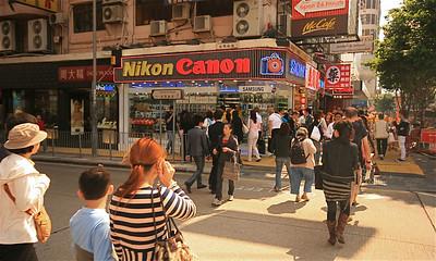 Nikon, Canon: alles verkrijgbaar in Hongkong. Mongkok, Kowloon, Hongkong.