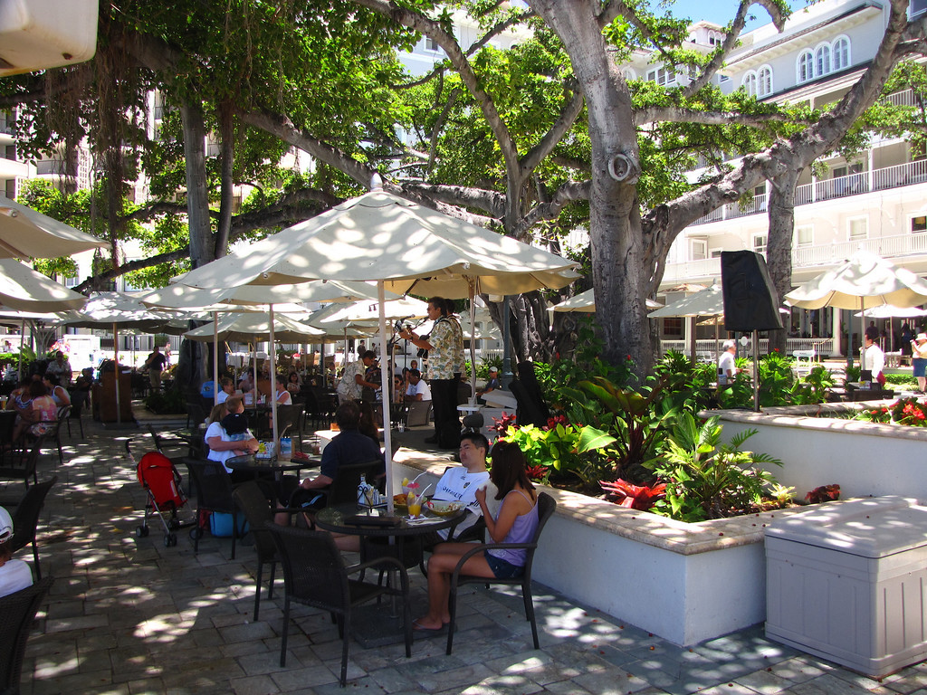 Patio dining at the Moana Surfrider (May 2010)