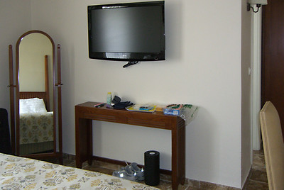 7-Colony Hotel room