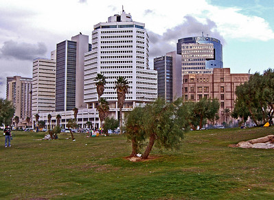 These office buildings are farther south, the last group before Jaffa. Far left is the Dan Panorama Hotel, where I stayed in 2004.