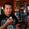 Siwar esta saboreando una teja en la tienda de Don Juan en la Plaza de Armas de Ica