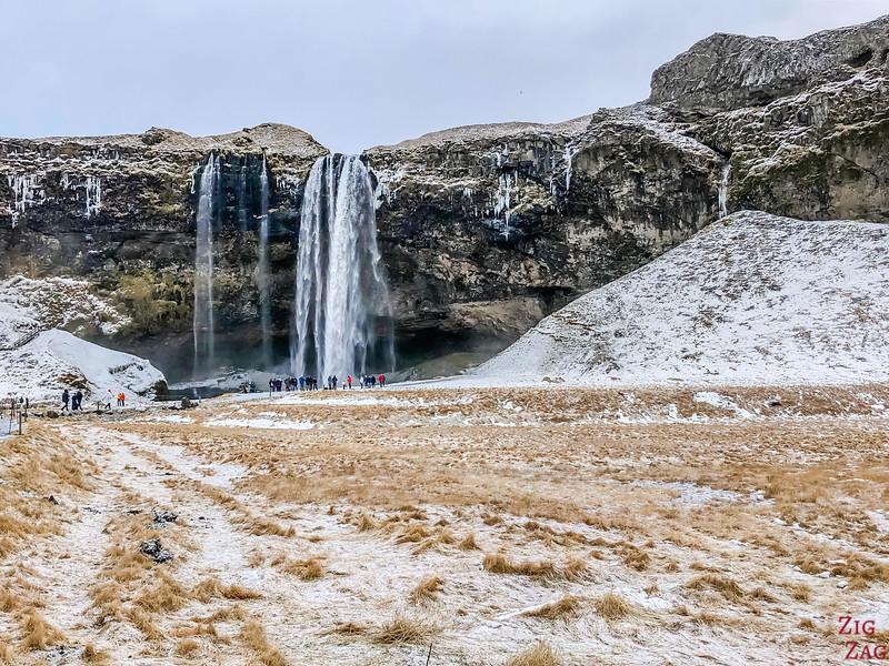 Seljalandsfoss-Wasserfall mit dem Schnee
