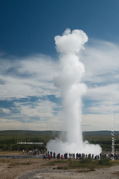 Strokkur and the crowds