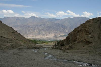 L 02 Spituk-Stok trek_031 zicht op Stok en Indusvallei_