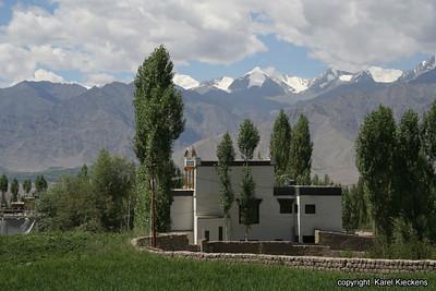 L 01 Leh_009 Leh Norzin gesthouse met zicht op Stok Range