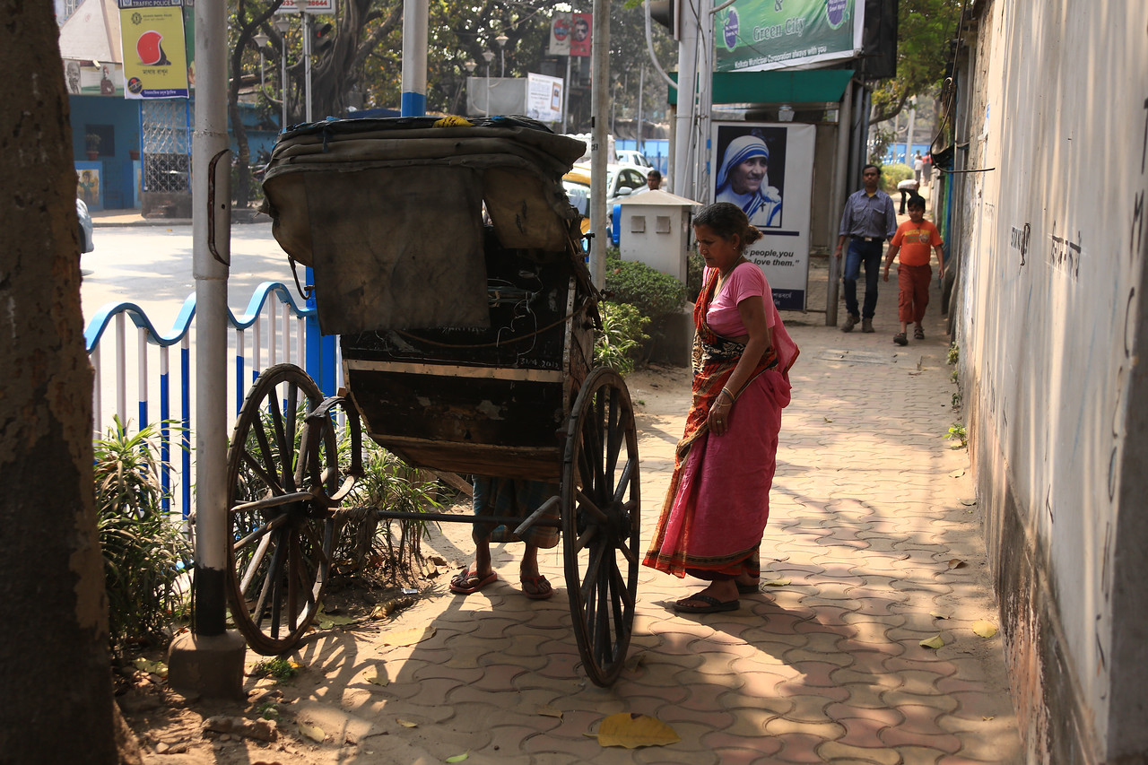 Out of nowhere a rickshaw driver and a potential passenger appear<br /> EN8A4159