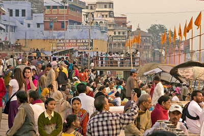 Evening crowd on the Dasaswamedh Ghat waiting for ceremony.