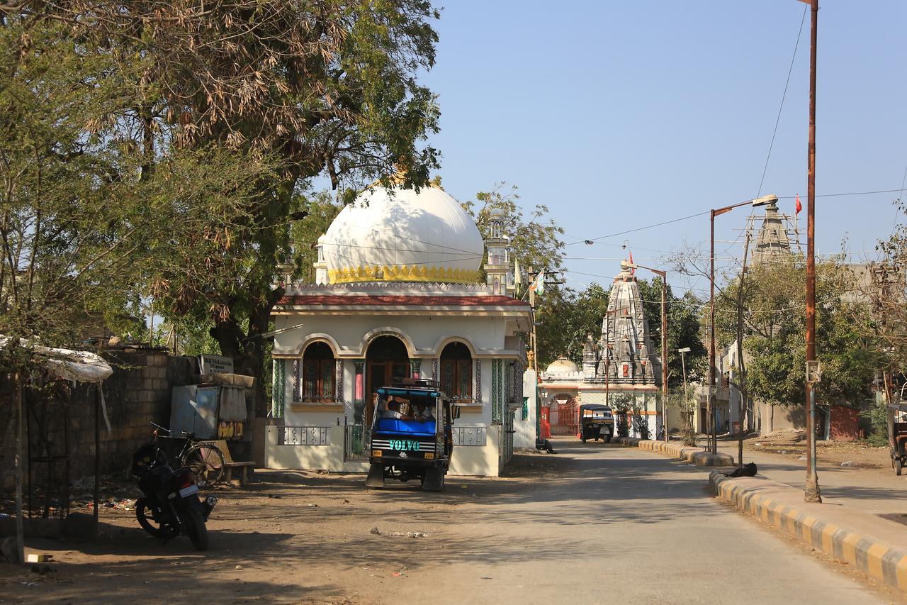 Multiple Hindu temples in this part of Jamnagar