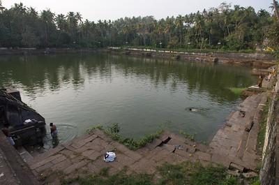 Gatt - Hellig kilde ved en af Indiens mange templer.