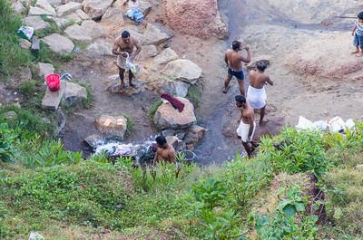 Der vaskes ved en af de mange hellige kilder i området.