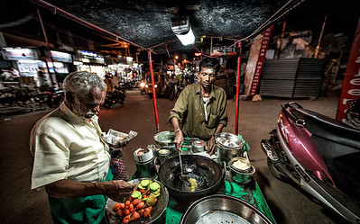 A road-side Bajji-Vada vendor in Madurai, Tamilnadu