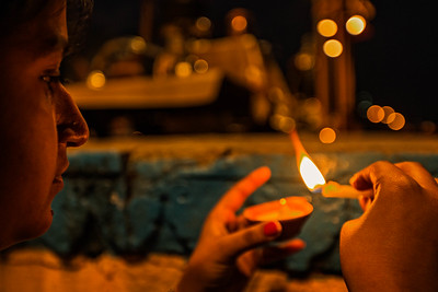 Candle lighting at the Aarti Ceremony (Varanasi, India)