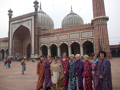 Foreign ladies required to wear covering at the world's largest active Mosque, Delhi