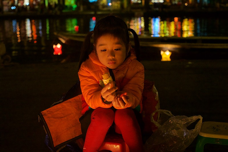 At full moon it´s the lantern festival in Hoi An. <br /> The girl selling lantern and was angry of her mother who told me the girl is 5 yo when she has told me 6 yo.