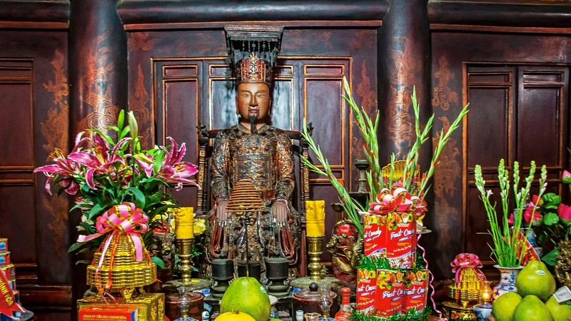 A statue of emperor Lê Hoàn in ancient capital Trường An.