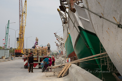 Loading cement onto Pinisi boats