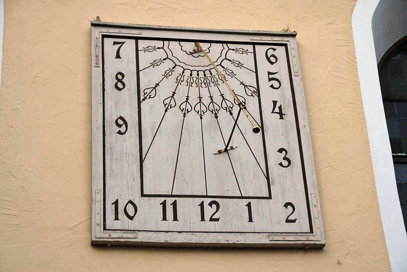 A sundial on the side of the church in Heidenheim.
