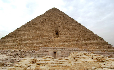 .... Or Menkaure may have been more concerned with quality than quantity – his pyramid's first 16 layers are red granite rather than limestone.  Or he may have wanted to spare his subjects from another arduous, multi-decade effort (he was touted by ancient historians as the most benevolent of the Giza triad of pharaohs).  Whatever, his pyramid has only 1/10th the volume of the Great Pyramid.